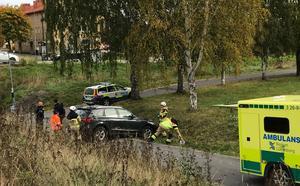 En bil ska ha kört ner för en slänt i närheten av Ica Håsta