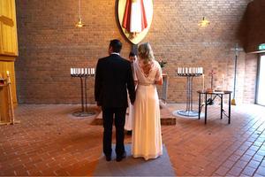För ett år sedan gifte sig Örebroparet Victoria Willén och Fredrik Isacsson i Adolfsbergs kyrka. Foto: Privat