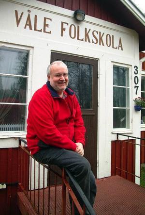 Hans Cederberg trivs med den gamla folkskolan i Våle som sin arbetsplats.