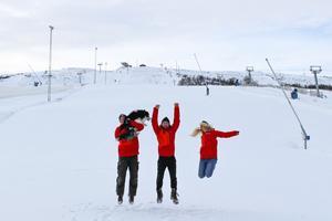 Rasmus Bent, Johan Öhagen och Felicia Solberg från skidaffären i Hamra tar ett glädjeskutt i väntan på skidturisterna. Foto: Tänndalen