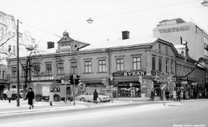 1950-tal. Julskyltning på Järntorget. Foto: Walfrid Carlsson, Örebro. (Bildkälla: Örebro stadsarkiv)