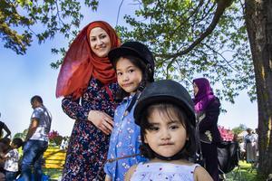 För Fatemeh Tayebi och döttrarna Motahhava Tayebi och Melika Tayebi var årets nationaldag lite extra speciell, eftersom de beviljades svenskt medborgarskap.