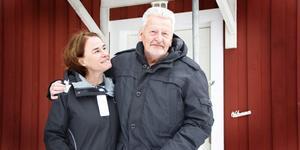 """Marika Strandberg tvekade aldrig att erbjuda sitt möblerade men tomma hus i Morgongåva när hon fick höra om Håkan Jonssons situation. Genom organisationen Vid din sida fick han också både skor och kläder, och en insamling pågår för att hjälpa honom att betala av sina skulder. """"Det är överväldigande"""", säger en rörd Håkan."""