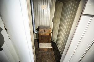 Torrdasset på tredje våningen får man inte kasta vatten i står det på lappen.