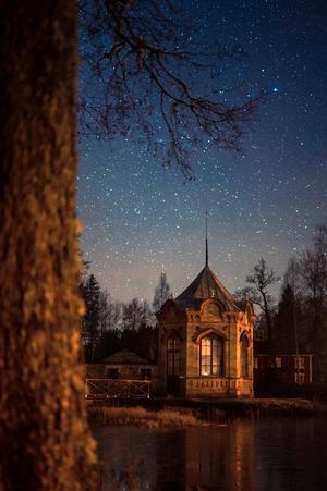 """2. """"Lusthus"""" av Stefan Westelius. Lusthuset, som sparades när Axmar slott revs 1970, är en fantasieggande miljö både dag och natt, som här under en sprakande stjärnhimmel."""