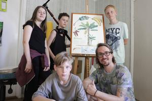Sommarfilmkursen är jättebra tycker Elisabet, Zeb, Moltas och Jan. Ledaren Niclas Lindahl är stolt över sina elever som är jätteduktiga och på fredag planerar de filmvisning.