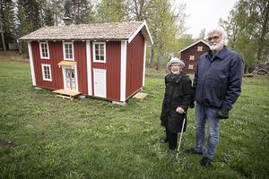 Stina Eliasson och Håkan Järvholm framför lekstugan i Lit.