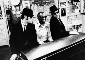 Dan Akryoyd och John Belushi tillsammans med Ray Charles (i mitten) 1982. Foto: AP