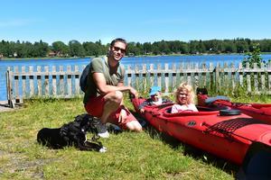Robin Samuelsson, hunden Alva, och barnen Märtha och Trulls bor i viken vid Gräddö. De tog båten till marknaden och lekte vid kanoturhyrningen medan de väntade på att få bli ansiktsmålade.
