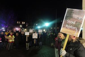 Tillsammans demonstrerade Röforsbor och undersköterskor inför kommunfullmäktiges sammanträde på onsdagskvällen. Röforsborna mot sophanteringsföretaget och undersköterskorna mot schemaförändringar.