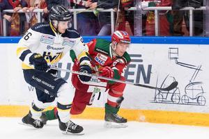 Bill Sweatt i HV71 och Moras Mattias Lassen när lagen möttes i oktober. Båda spelarna är inte med i kvällens match. Foto: Daniel Eriksson/Bildbyrån