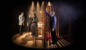 Bild ur Förvandlingen, med Folkteatern Gävleborg. Foto: Jenny Baumgartner