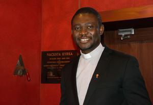 Rött är en ofta använd väggfärg i Nackstakyrkan. Pater Felix Ogbuagu har varit S:t Olofs katolska församlings kyrkoherde i cirka ett år.