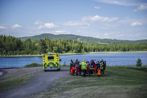 Ambulans och räddningstjänst är på plats.  Foto: Niklas Hagman