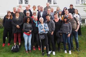 Hela gänget utanför Sveriges ambassad i Reykjavik.