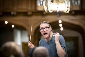 En stilstudie av dirigenten Björn Waldebrink under repetitionen av verket Cantico Santo de Benedicto som framförs i Köpings kyrka på lördag. Foto: Lennye Osbeck