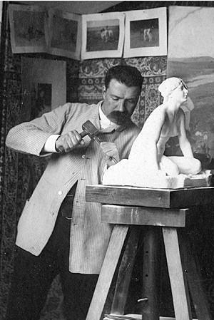 Per Hasselberg skapar sin skulptur