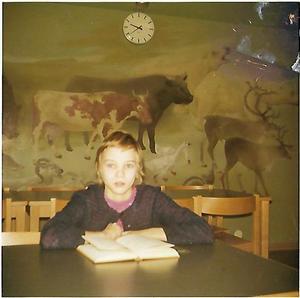 Heidi, då tolv år, i Högoms skolas bibliotek, som sedan blev matsal.