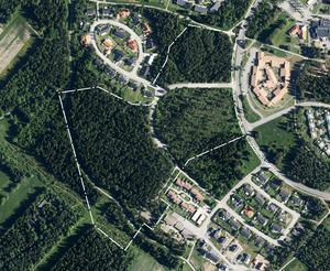Planområdet fotograferat uppifrån med Jordbruksvägen i östlig riktning till höger. Kornvägen skär rakt igenom de två bebyggda områdena som syns upptill på bilden.