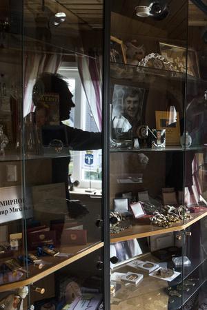 Vladimirs utställningsrum är ungefär 15 kvadratmeter stort, fyllt med priser.