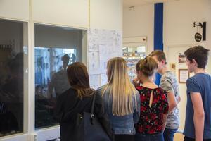 Några elever från Norrtullskolans klass 9A var med på vernissagen.