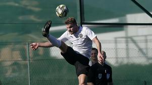 Erik Björndahl i ett akrobatiskt försök att rädda kvar bollen på planen under träningsmatchen mot tjeckiska storklubben Viktoria Plzen i Estepona.