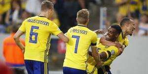 Sverige firar Alexander Isaks 3–0-mål. Bild: Nils Petter Nilsson/TT