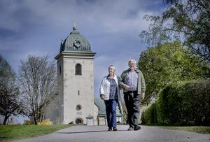 Gun och Lars-Åke Johansson utanför Dagsbergskyrkan i Ljunga utanför Norrköping.