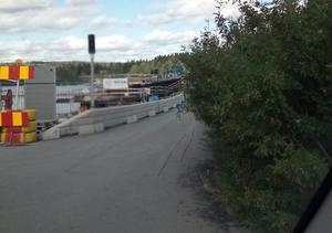 Vegetation gör det omöjligt att se om det kommer mötande trafik på gamla bron till Lit. Foto: Privat