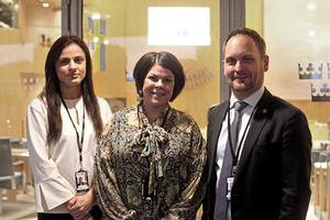 Sara Seppälä (SD), Malin Larsson (S) och Jörgen Berglund (M) poserar utanför kammarsalen.