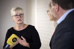 Statsminister Stefan Löfven, Marie Linder förbundsordförande Hyresgästföreningen ochHeléne Fritzon (S) under Statsministerns besök i Norrköping. Foto: Thommy Tengborg  / TT
