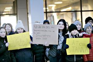 30 elever från sjuan och åttan gick till kommunhuset för att protestera mot planerna att flytta högstadiet till Björksätra.