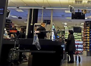 Vd-löner skapas på bekostnad av arbetarens ekonomi och hälsa, skriver debattörerna. Foto: TT