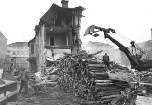 Här rivs bebyggelsen söder om Stora torget 1964, det sista gårdshuset som fick stå kvar för att tjäna som kupa och byggkontor för Städernas stora kontors- och affärsfastighet. Foto: VLT/arkiv