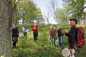 Mats Jonsell, till höger, berättade om skalbaggarnas boplatser i de gamla ekarna.