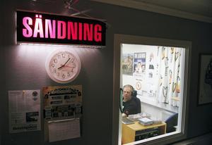 Inne i studion pågår sändningen av Dansbandstimmarna.
