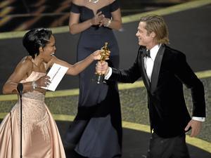 Regina King ger Brad Pitt priset för bästa manliga biroll. Foto: AP Photo/Chris Pizzello