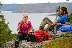 Längs populära Höga Kusten-leden finns allt från storslagen utsikt till svalkande badplatser. Totala vandringslängden är 128,6 kilometer och leden innefattar 13 etapper och ett flertal övernattningsmöjligheter.