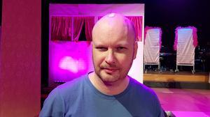 """Kapellmästaren Anders """"Zibbe"""" Holtz leder musikbandet."""