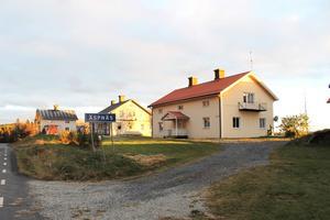 Det gamla värdshuset i centrala Espnäs ligger på sjösidan av vägen genom byn.
