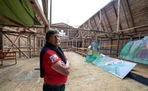Staffan Abramsson förklarar att våningsplanet i byggnaden tog den värsta smällen och det gjorde att antikviteterna som förvarades i byggnaden klarade sig.
