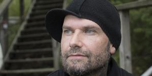 """Jens Nilsson, ständigt """"Didde"""" kallad, har i en ålder av 44 släppt sitt första soloalbum """"The Death of a Stranger"""" som nu ligger ute på Spotify."""
