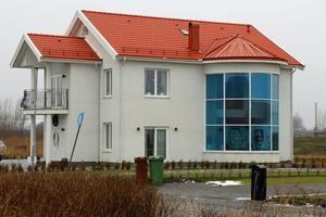Jemma och Louis hus ser ut som ett vanligt hus från ett håll. Men från ett annat håll ser man att det är något helt annat.De ville ha ett svart tak men byggnadsnämnden bestämde att det skulle vara rött, berättar de.