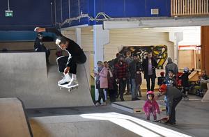 Frej Jönsson i ett hopp på pyramiden, som är en av flera konstruktioner i nya hallen där skateboardåkarna kan utveckla sina talanger.