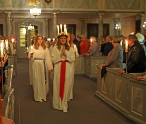 Lovisa Sandvold med tärnor i Svegs kyrka
