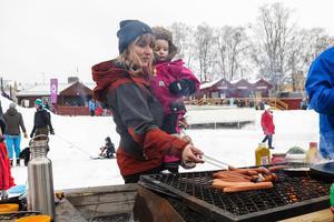 Gry Kemling hjälpte mamma Katarina med korvgrillningen.
