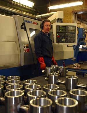 Vid svarven. Magnus Jansson från Nås är en av de anställda som arbetar vid de datastyrda automatsvarvarna.