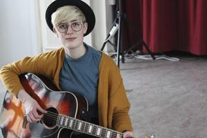 Gitarren är Almas följeslagare.