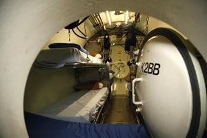 I tryckkamrarna ska besättningen från en räddad ubåt kunna vara i för att inte drabbas av dykarsjuka.
