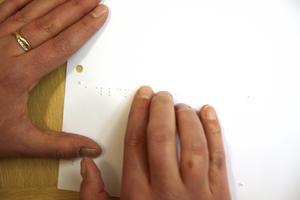 Punktskrift är upphöjda kännbara punkter som bildar tecken som läses med fingertopparna, förklarar insändarskribenten. Arkivbild